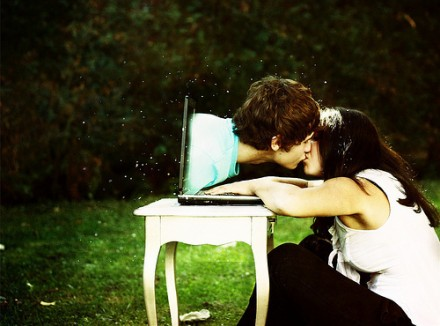 It is possible to maintain a long distance relationship online?